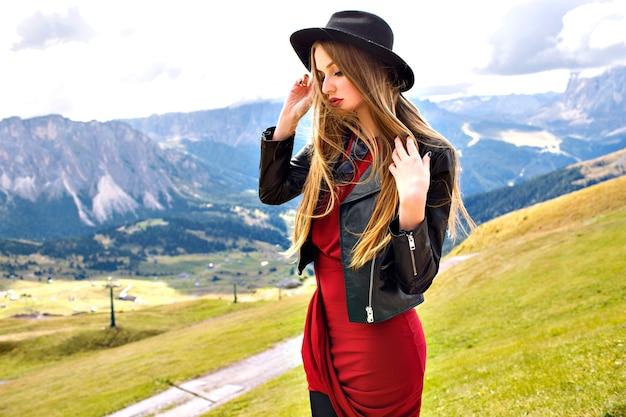 Mode portrait de voyage en plein air de femme jeune touriste assez joyeuse