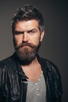 Mode pour hommes cool homme séduisant en veste de cuir homme de mode élégant confiant attrayant