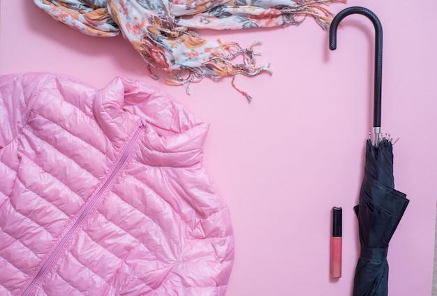 Mode. pull à la mode, écharpe, sac, parfum, accessoires, chaussures sur fond blanc