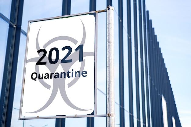 Mode de quarantaine en 2021. panneau d'affichage dans la ville.