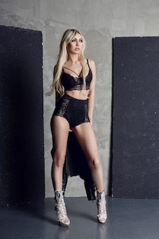 Mode sous-vêtement noir blonde sexy figure parfaite