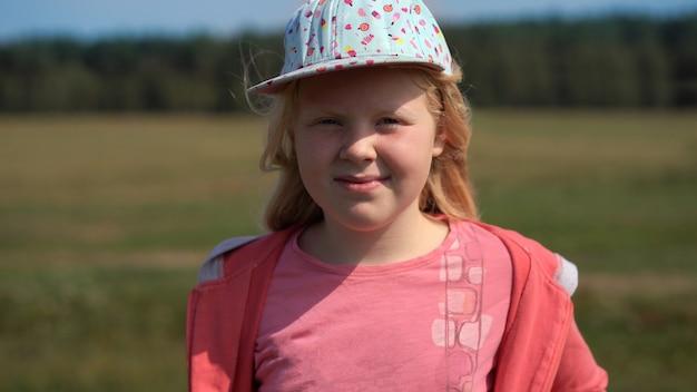 Mode de vie actif des enfants modernes - portrait d'une belle fille blonde sur le terrain
