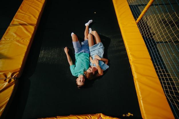 Mode de vie de l'appareil photo trampoline actif vert