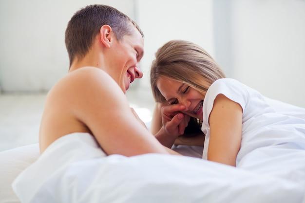 Mode de vie. beau couple au lit