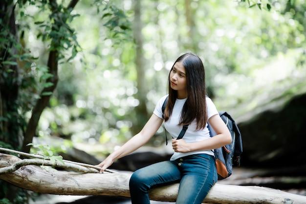 Mode de vie belle femme toriste heureuse de voyager en excursion sauvage pendant les vacances.