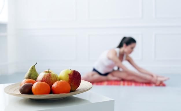 Mode de vie. belle fille pendant l'exercice de yoga