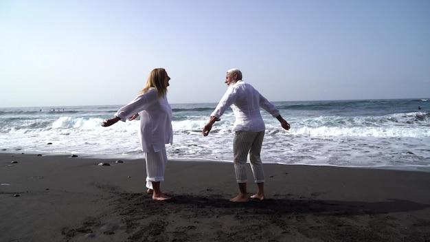Mode de vie avec un couple de personnes âgées de race blanche