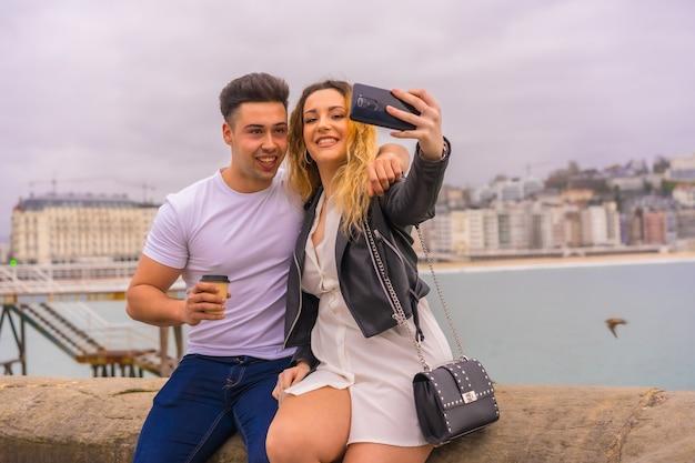 Mode de vie d'un couple de visites et de vacances. passer un appel vidéo avec des amis