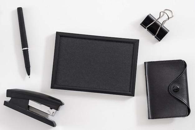 Mode de vie en entreprise. ensemble de fournitures de bureau. mise à plat du cadre photo vierge, porte-cartes de visite, papeterie