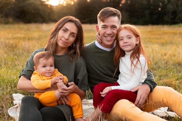 Mode de vie familial à l'extérieur en automne
