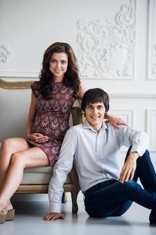 Mode de vie familial heureux. un jeune couple attend un bébé.