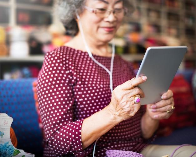 Mode de vie d'une femme asiatique senior