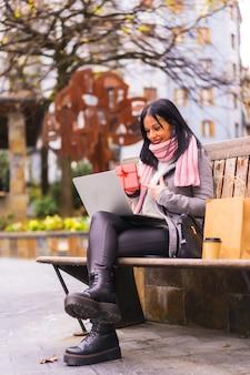 Mode de vie, fille brune caucasienne cadeau d'ouverture de petit ami sur appel vidéo, séparés par la distance