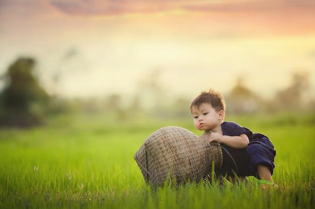 Mode de vie d'un garçon mignon en thaïlande