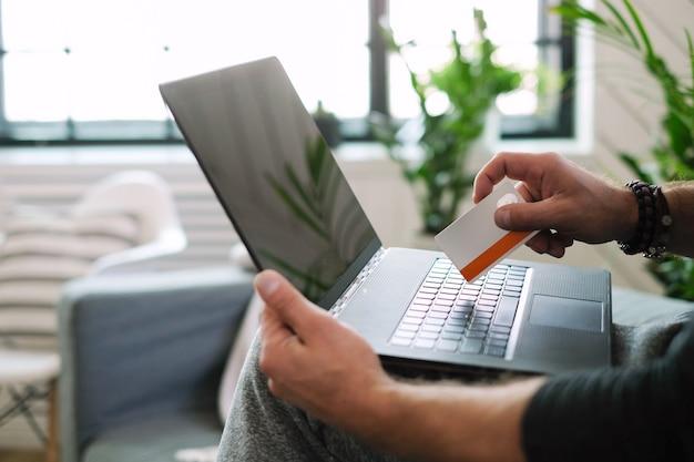 Mode de vie. homme à la maison avec ordinateur portable