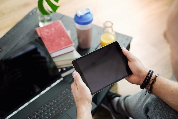 Mode de vie. homme à la maison avec tablette