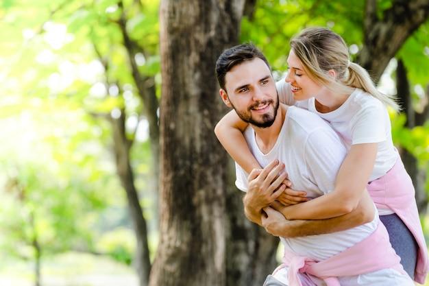 Mode de vie jeune coupé romantique dans le parc