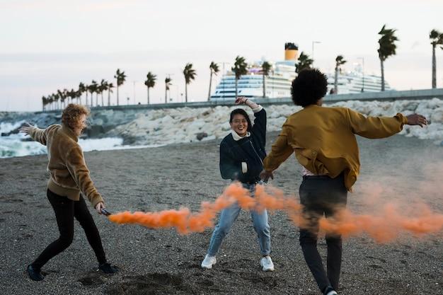 Mode de vie de jeunes amis en plein air