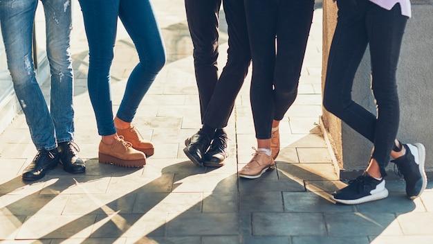 Mode de vie des jeunes. communication d'unité de loisirs. groupe de jeunes en tenue décontractée à traîner.