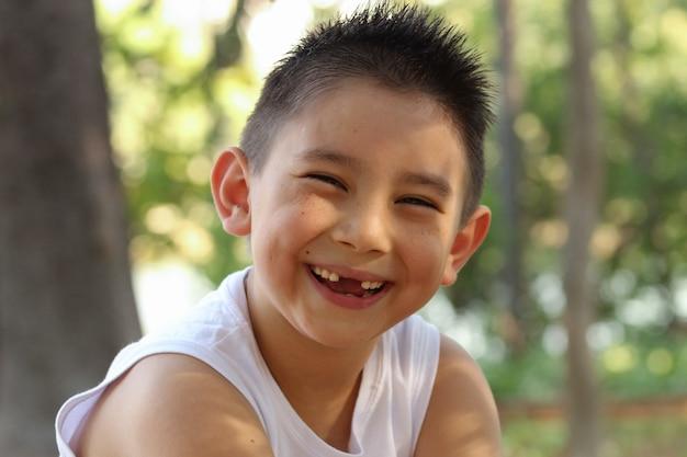 Mode de vie. joli garçon japonais édenté souriant à la caméra