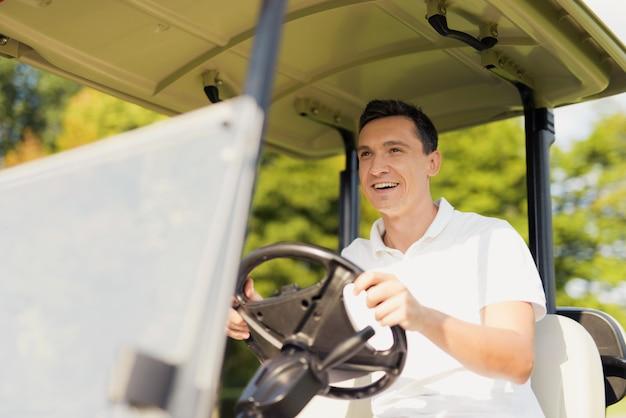 Mode de vie de luxe heureux golfeur homme en voiture de golf.