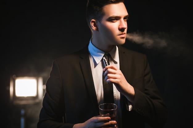Mode de vie de luxe pour hommes de grande classe. boire de l'alcool et fumer. déchirant les avantages d'être riche et de réussir.