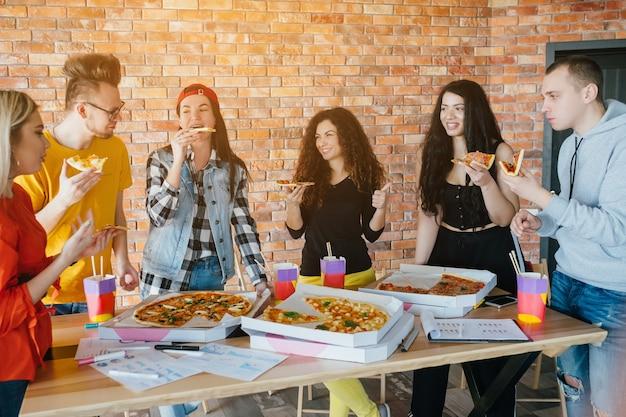 Mode de vie des milléniaux. pause dîner pizza. amateurs de restauration rapide.