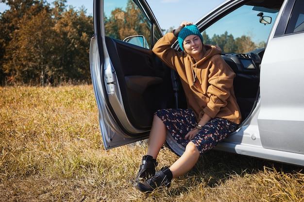 Mode de vie mode portrait de jeune femme branchée, assis dans une voiture