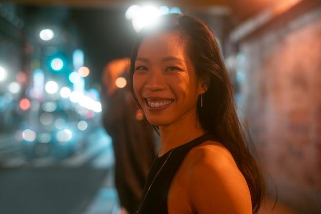 Mode de vie de nuit en ville avec jeune femme