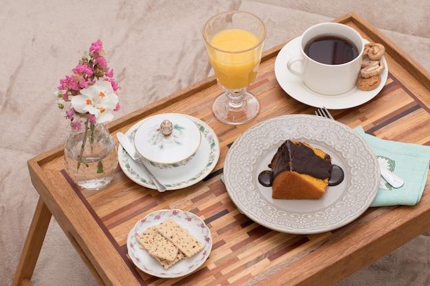 Mode de vie. petit déjeuner au lit avec du jus d'orange