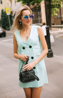 Mode de vie en plein air à la mode portrait de femme posant dans la rue