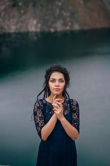 Mode de vie portrait d'une femme brune