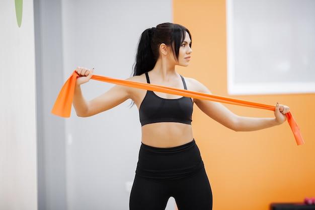 Mode de vie sain, femme fitness, faire de l'exercice en salle de sport