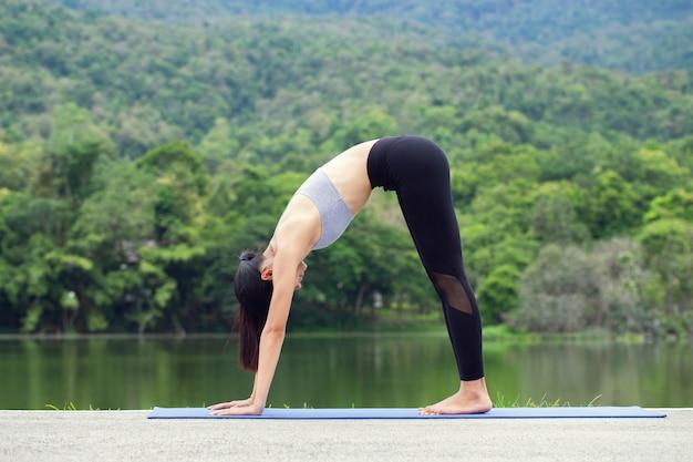 Mode de vie sain de la femme yoga pratique équilibrée de la méditation et du yoga énergétique