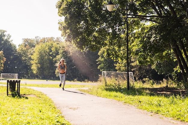 Mode De Vie Sain Jeune Femme De Remise En Forme Courir à L'extérieur Photo Premium