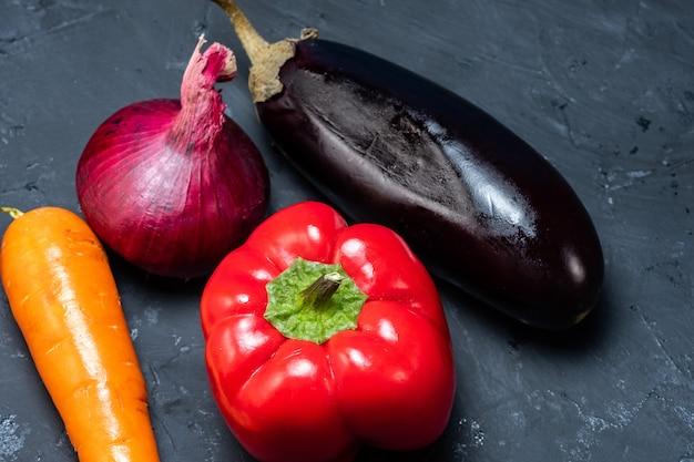 Un mode de vie sain des légumes, aubergines, poivrons, oignons et carottes