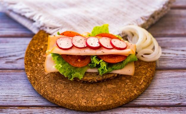 Mode de vie sain, sandwich diététique aux légumes et à la viande de dinde - alimentation saine et de bon goût - pain de blé entier aux graines
