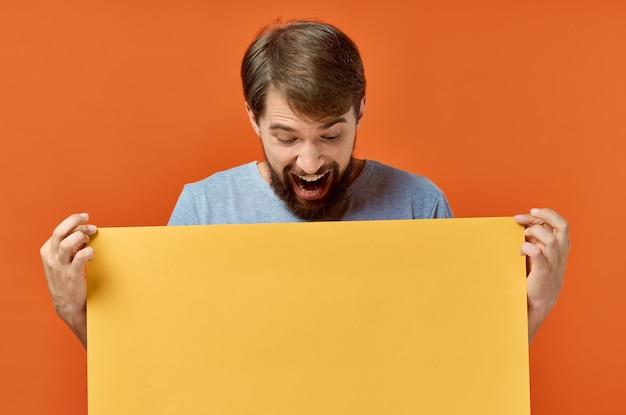 Mode de vie de studio de remise d'affiche de maquette jaune d'homme émotionnel