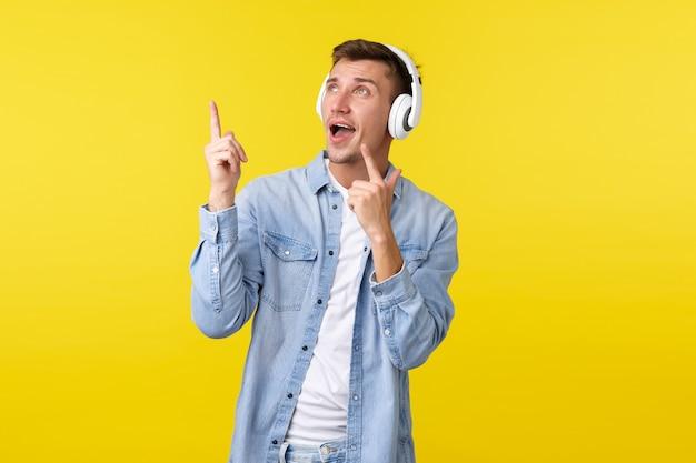 Mode de vie vacances d'été concept technologique heureux bel homme optimiste appréciant écouter de la musique dans h ...