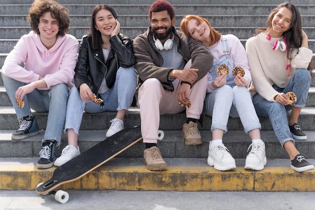Mode de vie en ville avec des amis plein coup