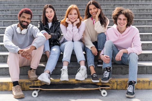 Mode de vie en ville avec des amis posant ensemble