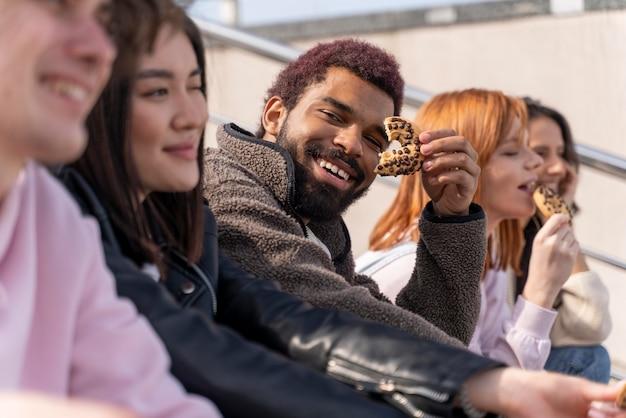 Mode de vie en ville avec de jeunes amis se bouchent