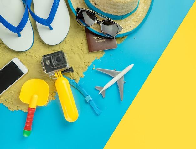 Mode de voyage de vacances d'été plage sur fond jaune bleu sable