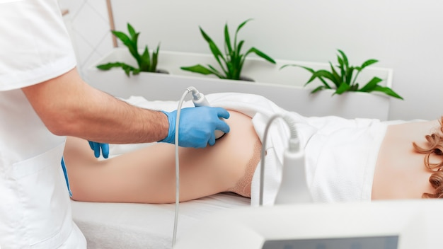 Modelage du corps et massage par ultrasons anti-cellulite. espace de copie de bannière de cosmétologie.