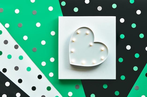 Modèle abstrait de bannière ou de carte avec des confettis, des pois.
