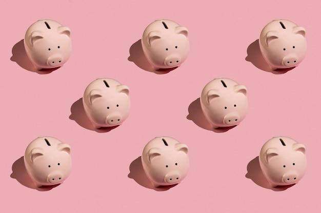 Modèle abstrait plat avec tirelire rose en céramique sur fond rose. vue de dessus. concept financier ou bancaire.