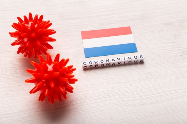 Modèle abstrait de souche de virus du coronavirus ou coronavirus covid-19 du syndrome respiratoire du moyen-orient 2019-ncov avec texte et drapeau pays-bas sur blanc
