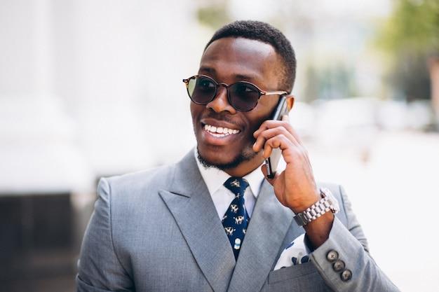 Modèle d'affaires afro-américain avec téléphone