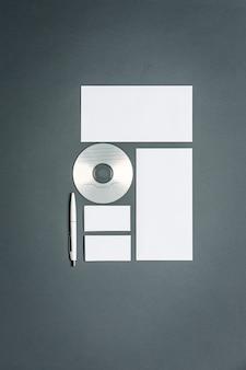 Modèle d'affaires avec cartes, papiers, disque
