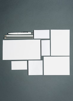 Modèle d'affaires avec des cartes, des papiers, un stylo. espace gris.